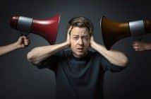 Un homme souffre du bruit